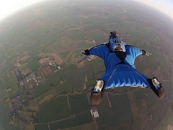 600px-Wingsuit_Flying_over_Langar_Airfield_UK.jpg