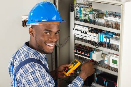 60505748-jóvenes-africanos-técnico-de-sexo-masculino-que-examina-fusebox-con-el-multímetro-sonda.jpg