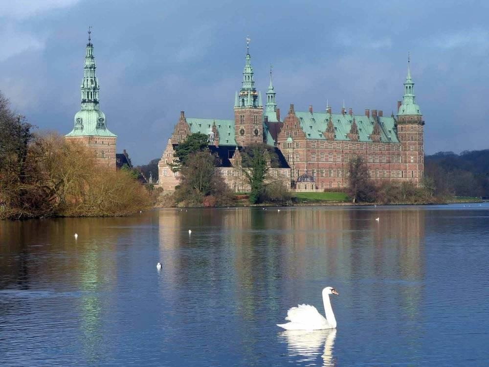 denmark-frederiksborg-castle-slot-swan-lake-slotssoen-hillerod.JPG.jpg