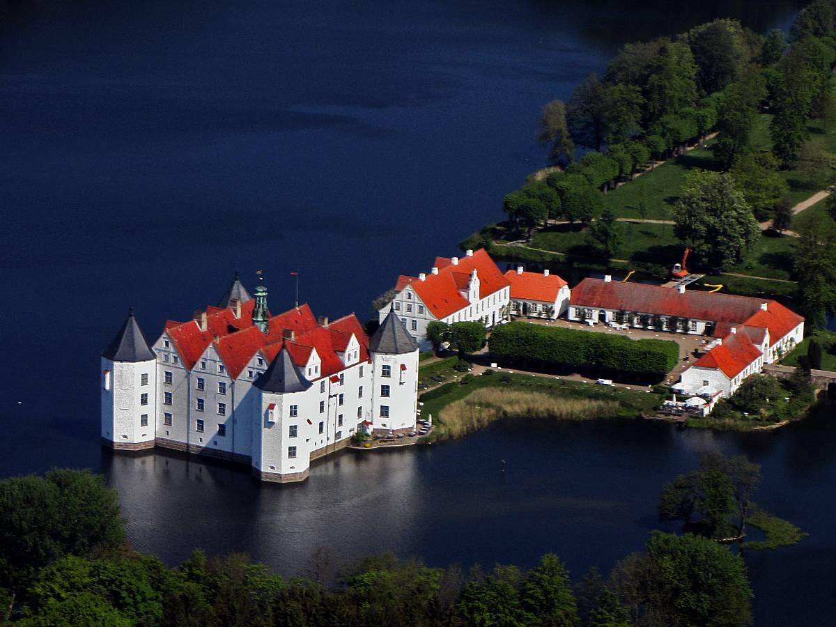 Luftbild_Kulturdenkmal_Schloss_Glücksburg_Wasserschloss_Schleswig-Holstein_-_Foto_Wolfgang_Peh...jpg