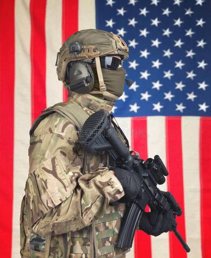 soldado-de-los-e-e-u-u-con-la-ametralladora-en-manos-y-bandera-americana-en-fondo-79133405.jpg